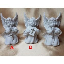 Angelas klūpintis su kryželiu